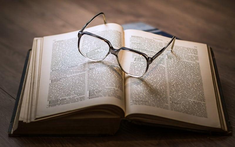 Libro-con-occhiali